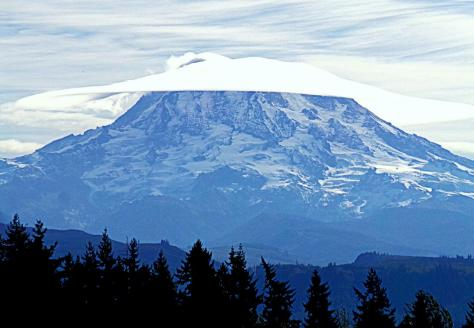 Mount_Rainier_cape_cloud_close